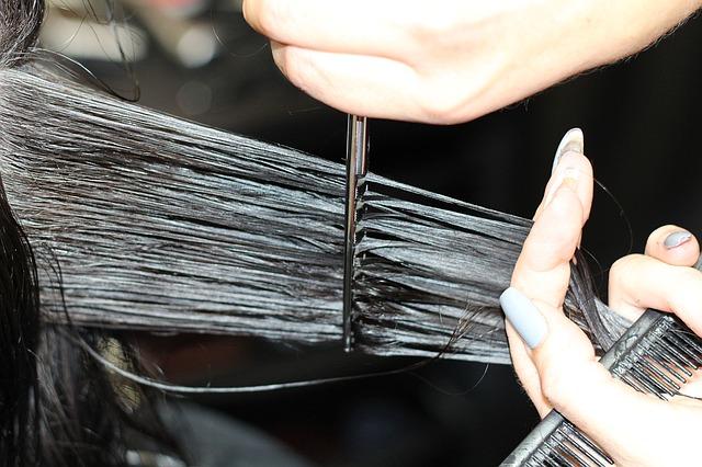 detail stříhání vlasů