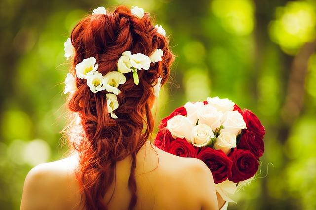 svatební účes s květinami