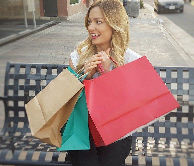 žena a nákupní tašky