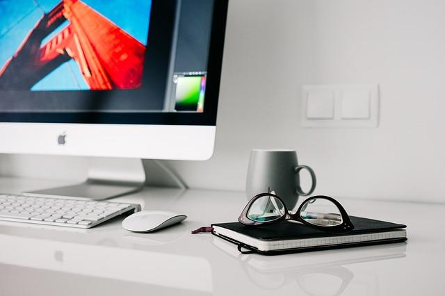 kancelářský stůl s PC