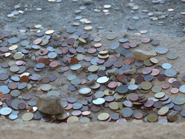 mince v hlíně