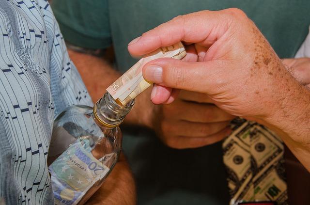 vybírání peněz do lahve