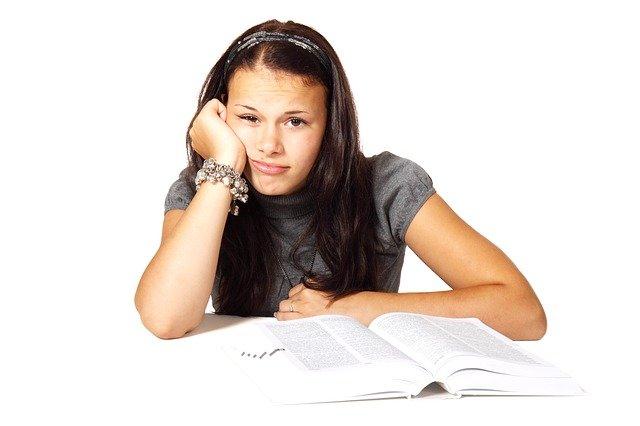 dívka zoufalá ze studia
