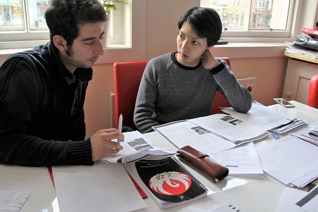 dva muži při studiu
