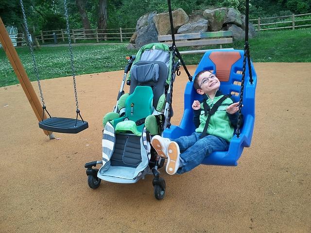 handicapovaný chlapec na houpačce