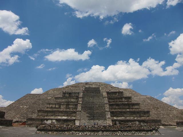 pyramida v Mexiku