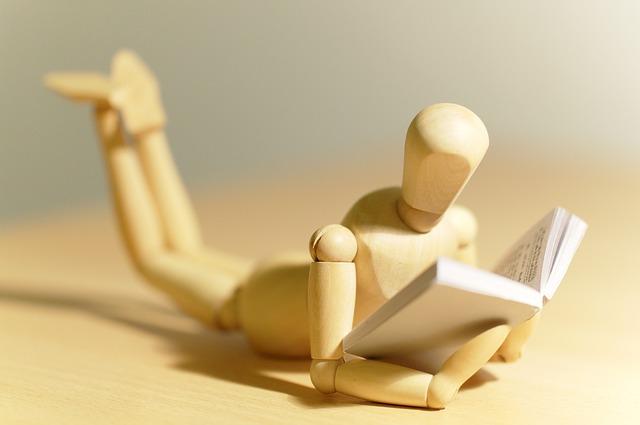 čtení knihy loutkou