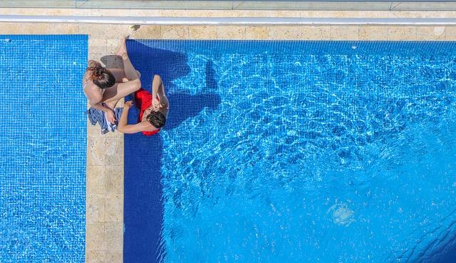 dvojice u bazénu