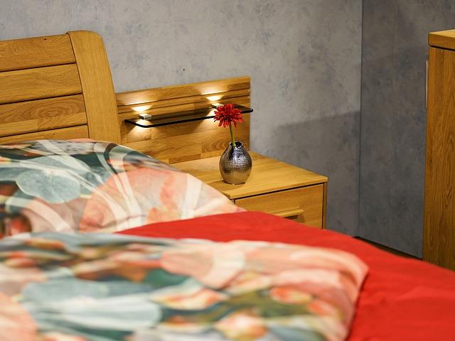 vázička u postele
