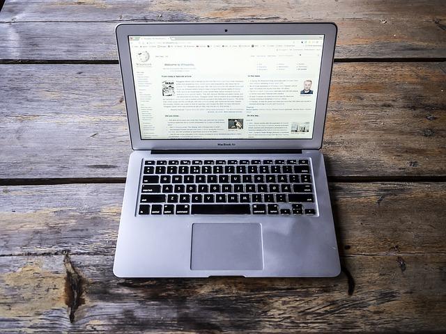 macbook počítače stůl
