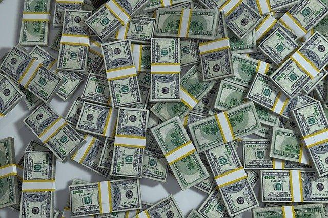balíčky peněz