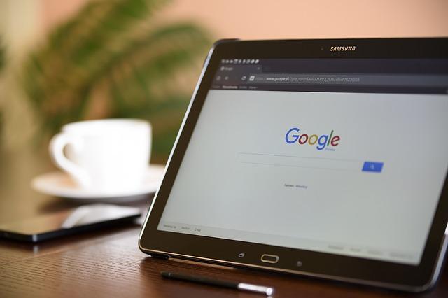 internetový vyhledávač na tabletu