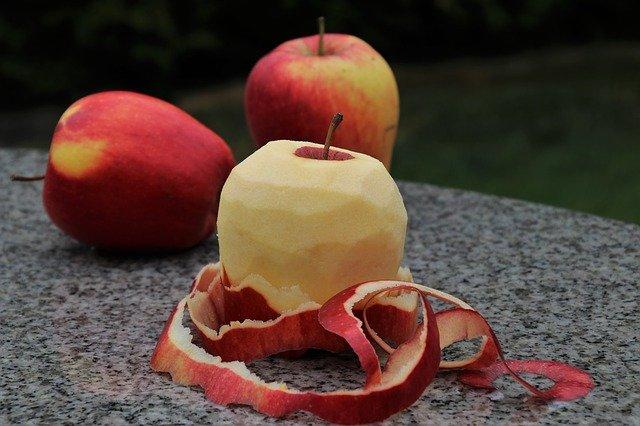 oloupané jablko