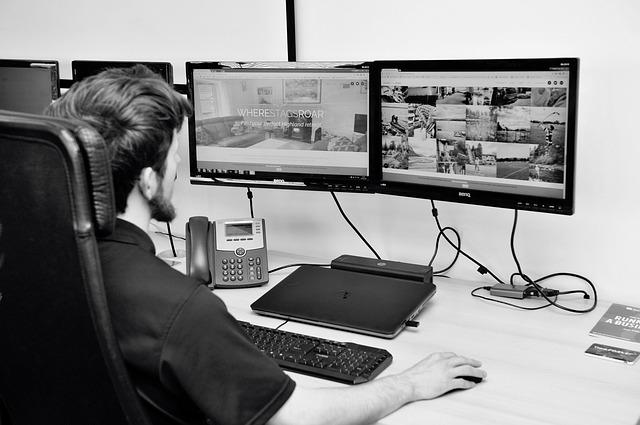 muž, který tvoří webové stránky – webdesign
