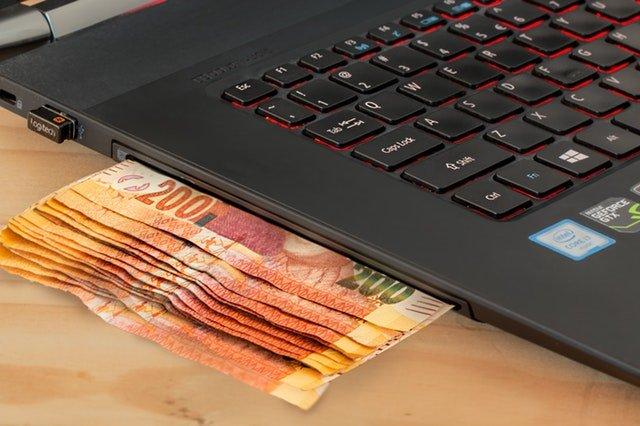bankovky pod notebookem
