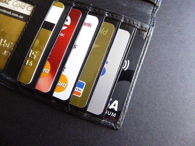 kreditní karty v černé peněžence