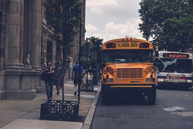 Školní autobus čekající na žáky
