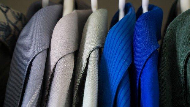 oblečení visící ve skříni na ramínkách