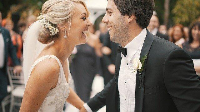 šťastní novomanželé při svatebním obřadu