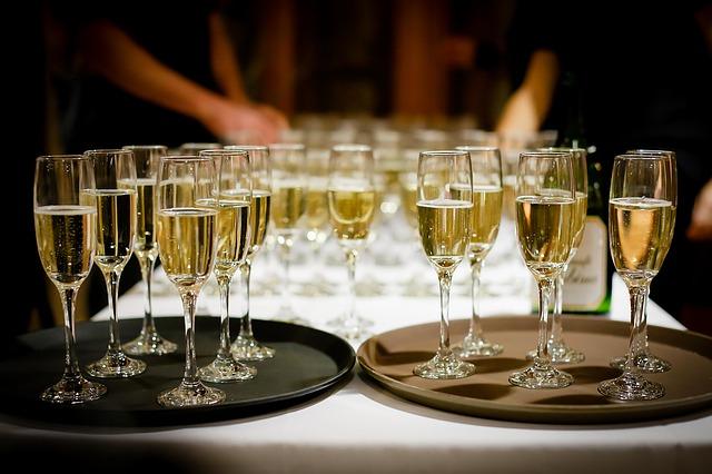 skleničky se šampaňským na přípitek