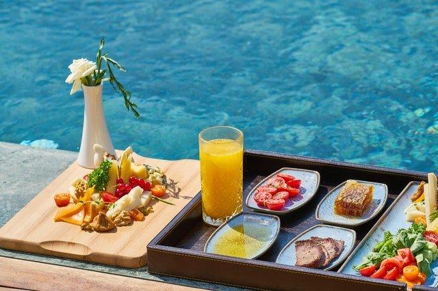 Občerstvení u vody, tác s talíři, džus, zelenina
