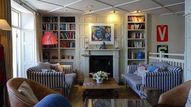 zařízený pokoj s dřevěnou podlahou.jpg
