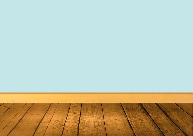 místnost s dřevěnou podlahou.jpg