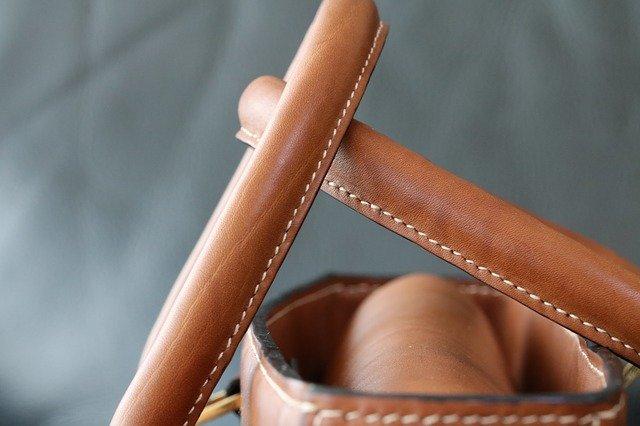 Detail uší hnědé kožené kabelky