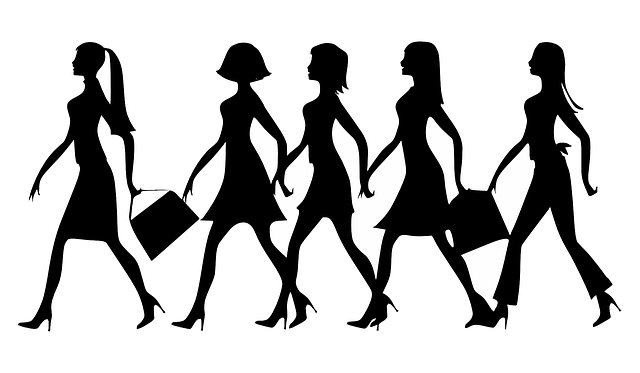 Siluety pěti žen spěchajících žen, nesoucích kabelky
