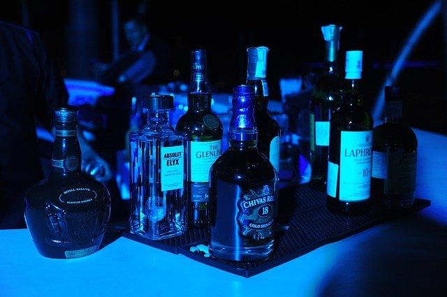stolek s alkoholem na oslavě