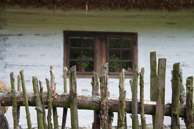starý rozpadlý plot u domu