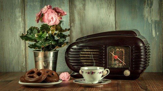 Staré rádio a květina na stole