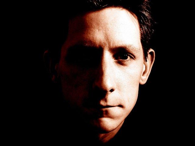 mužská tvář, jde vidět z půlky je ve tmě