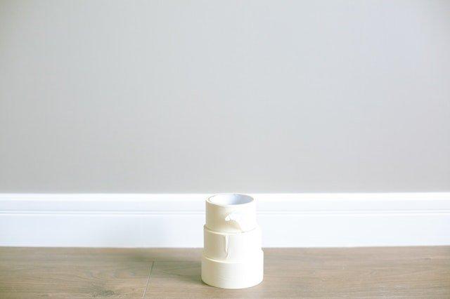 Tři kusy bílé lepící pásky