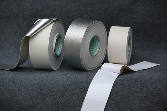 Tři kusy stříbrné lepící pásky