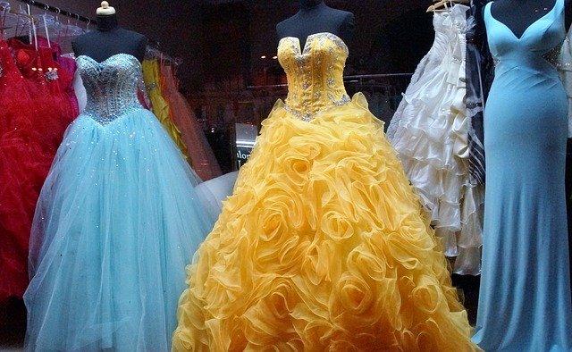 různě barevné dlouhé šaty na bál